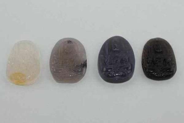 Guan Yin-Amulett mit 1mm Bohrung, 27x28mm, Achat