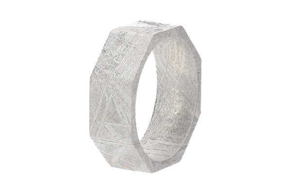 Ring 8-eckig, Größe 52, 6,5mm breit, 16,6mm innen, rhodinierter Eisenmeteorit (Muonionalusta)