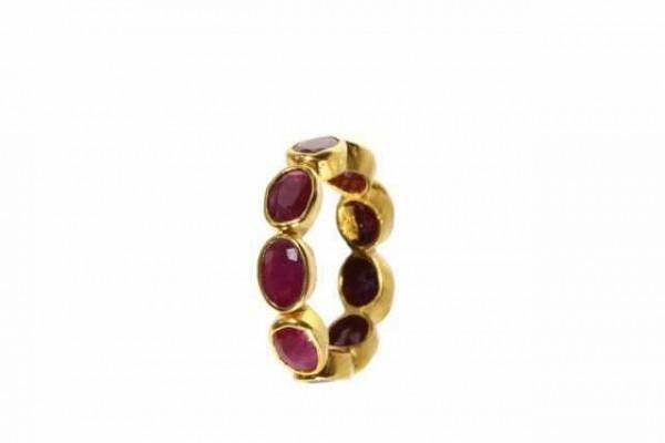 Ring Größe 53, 18K Gelbgold mit 9 facettierten Rubinen