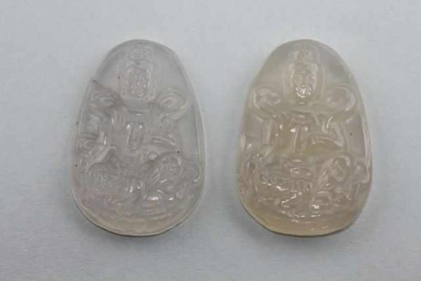 Guan Yin-Amulett mit 1mm Bohrung, 32x47mm, Achat