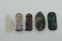 Guan Yin-Amulett stehend mit 1mm Bohrung, 22x55mm, Achat